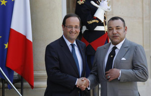 France's President Francois Hollande (L) greets Morocco's King Mohammed VI before talks at the Elysee Palace in Paris May 24, 2012.  REUTERS/John Schults   (FRANCE - Tags: POLITICS ROYALS) - RTR32KEQ